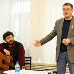 Поэт А. Кердан и поэт, бард и актер Е. Бунтов в гостях у библиотеки. Февраль 2008 г.