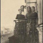 На балконе городской библиотеки Л.М. Пивоварова, А.И. Пшеничная, Ю. Лоскутников, О.Г. Григорьева 1949 г.